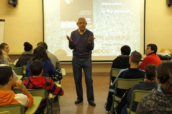 Miguel F. Villegas en una charla en el IES Gerena
